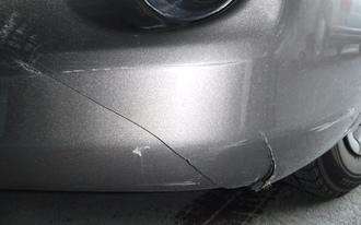 トヨタ プレミオ フロントバンパーひび割れ修理 塗装の施工前画像